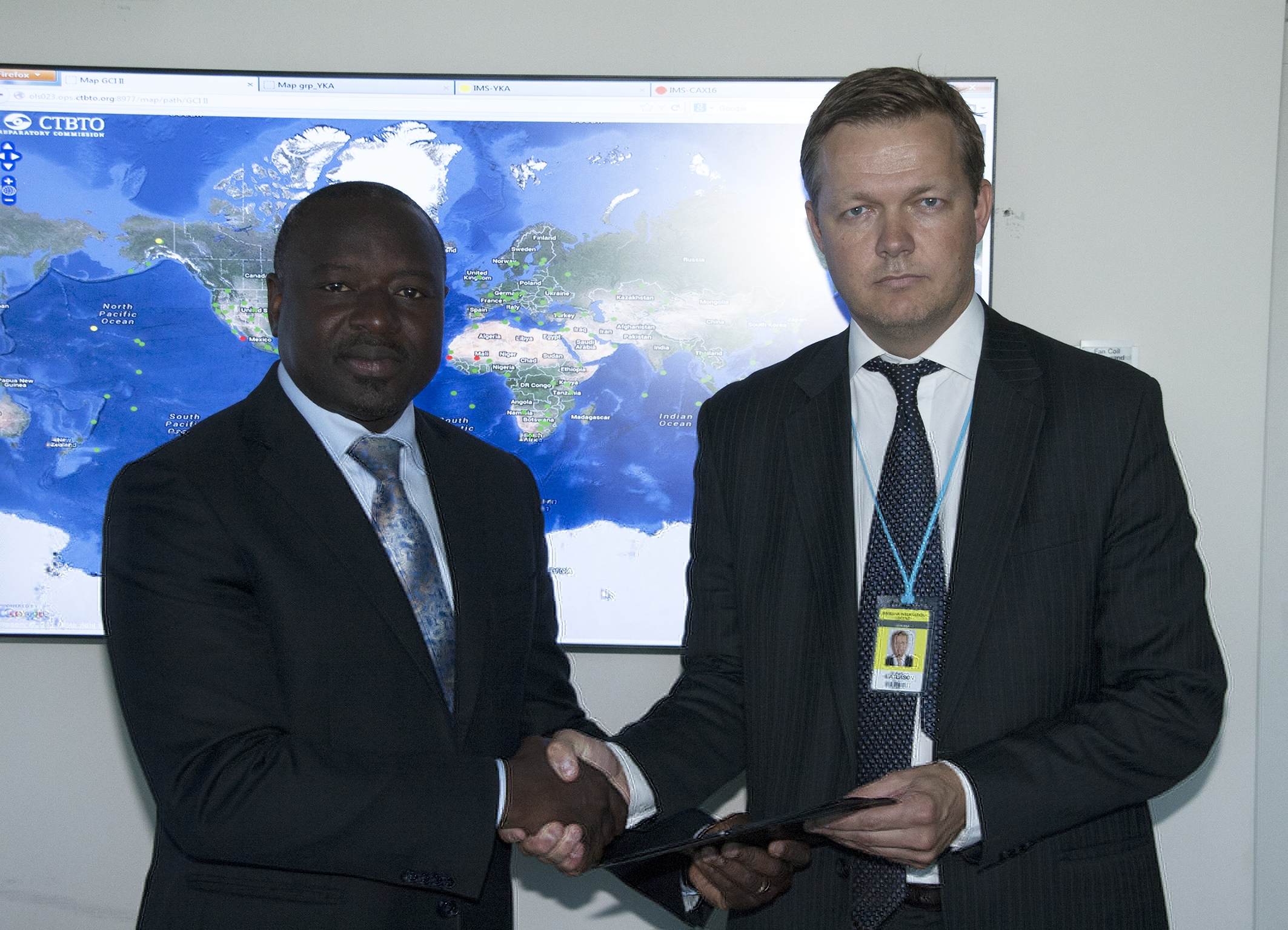 Auðunn Atlason shakes hands with Dr. Lassina Zerbo